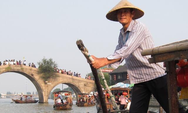 boat-man-in-zhouzhuang